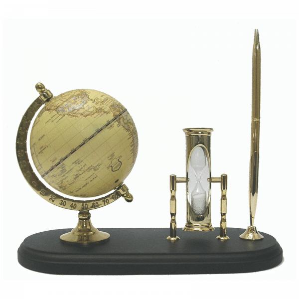 Mappemonde contemporaine avec sablier et stylo