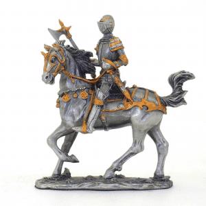 Figurine - Cavalier avec son marteau tranchant au trot sur sa monture