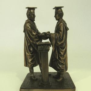Figurines mettant en scène la remise de diplôme d'un étudiant