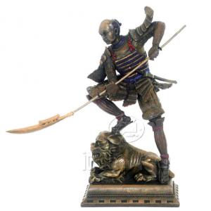 Figurine - Samourai équipé d'un naginata posant son pied sur un lion