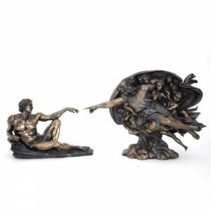 """Sculpture miniature de la fresque de Michelangelo intitulée """"La création d'Adam"""""""