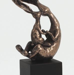 Figurine représentant deux petits lapins en train de jouer