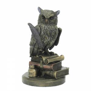 Figurine d'une chouette sur des livres anciens