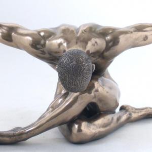 Figurine - gymnaste de couleur argenté faisant une figure artistique