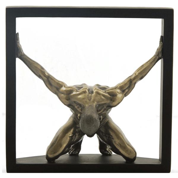 Figurine - Gymnaste dans une posture artistique entre deux murs
