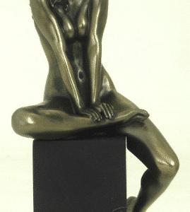 Figurine - Femme dénudée fuyant le regard
