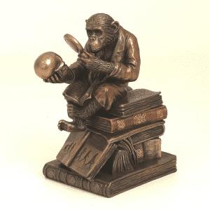 Figurine humouristique représentant l'évolution du singe